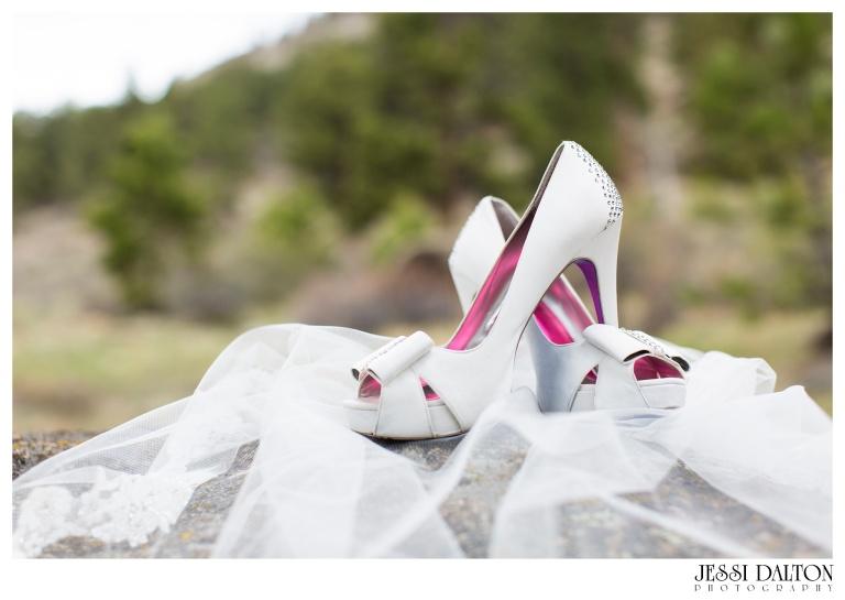 Jessi-Dalton-Photography-Della-Terra-Mountain-Chatuea-Lace-And-Lilies-Colorado-Mountain-Wedding_0007