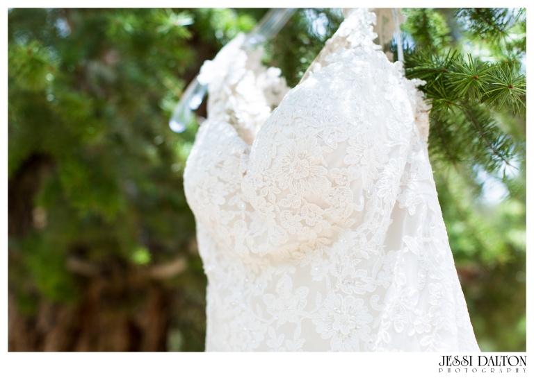 Jessi-Dalton-Photography-Della-Terra-Mountain-Chatuea-Lace-And-Lilies-Colorado-Mountain-Wedding_0009