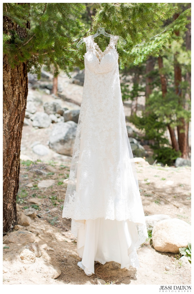 Jessi-Dalton-Photography-Della-Terra-Mountain-Chatuea-Lace-And-Lilies-Colorado-Mountain-Wedding_0010