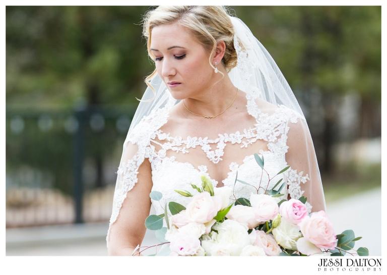 Jessi-Dalton-Photography-Della-Terra-Mountain-Chatuea-Lace-And-Lilies-Colorado-Mountain-Wedding_0027