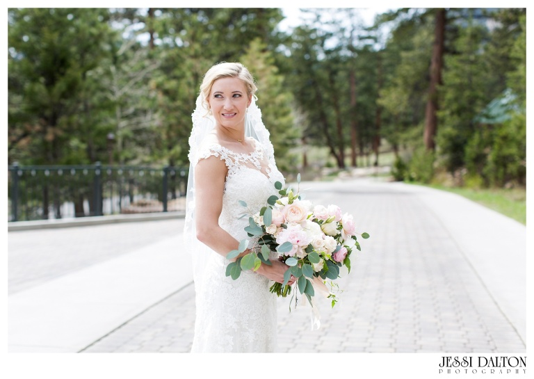 Jessi-Dalton-Photography-Della-Terra-Mountain-Chatuea-Lace-And-Lilies-Colorado-Mountain-Wedding_0031