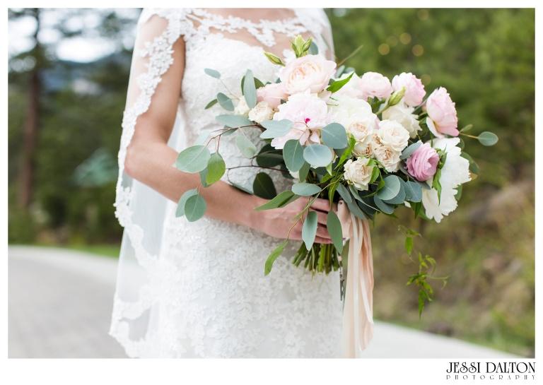 Jessi-Dalton-Photography-Della-Terra-Mountain-Chatuea-Lace-And-Lilies-Colorado-Mountain-Wedding_0033