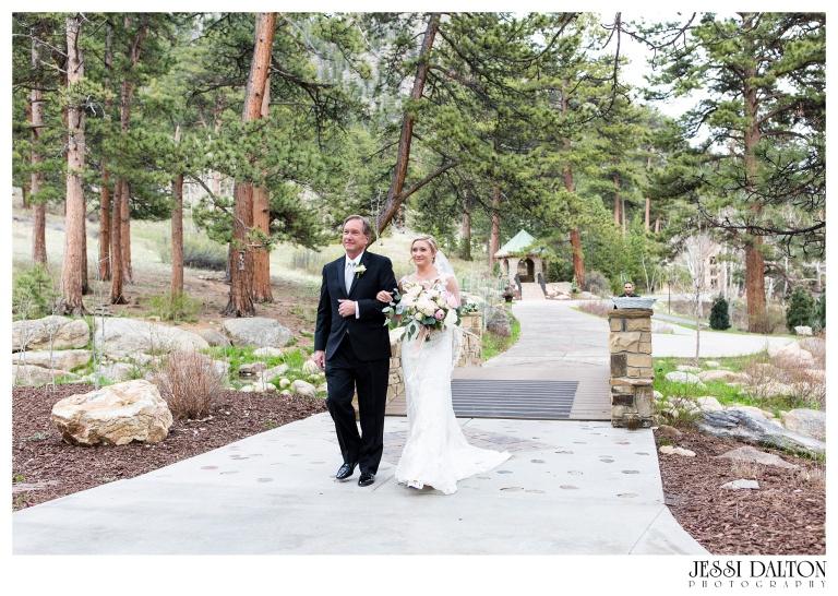 Jessi-Dalton-Photography-Della-Terra-Mountain-Chatuea-Lace-And-Lilies-Colorado-Mountain-Wedding_0049