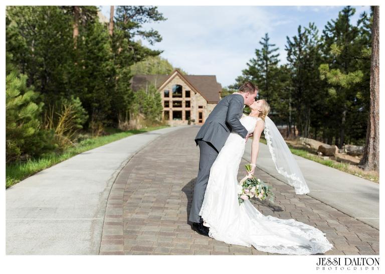 Jessi-Dalton-Photography-Della-Terra-Mountain-Chatuea-Lace-And-Lilies-Colorado-Mountain-Wedding_0088