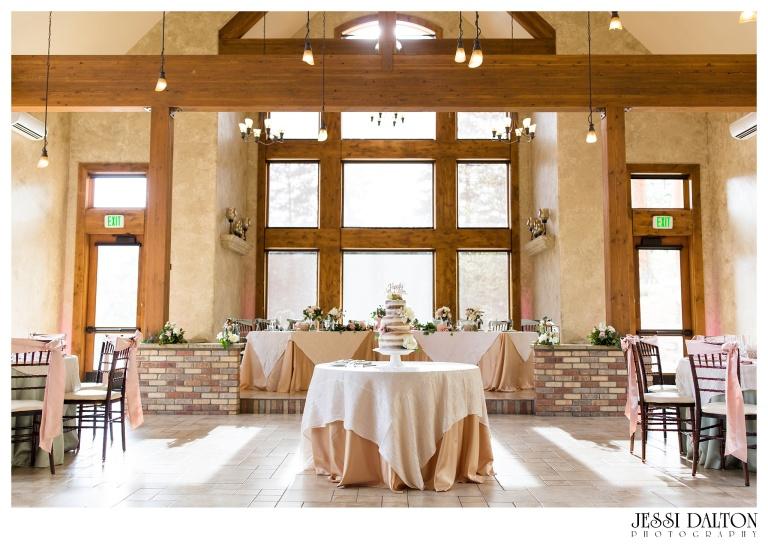 Jessi-Dalton-Photography-Della-Terra-Mountain-Chatuea-Lace-And-Lilies-Colorado-Mountain-Wedding_0109